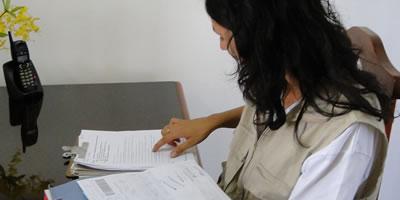 Agente técnico da Secretaria do Meio Ambiente conferindo notas fiscais, DOFs, GFs e demais documentosAgente técnico da Secretaria do Meio Ambiente conferindo notas fiscais, DOFs, GFs e demais documentos