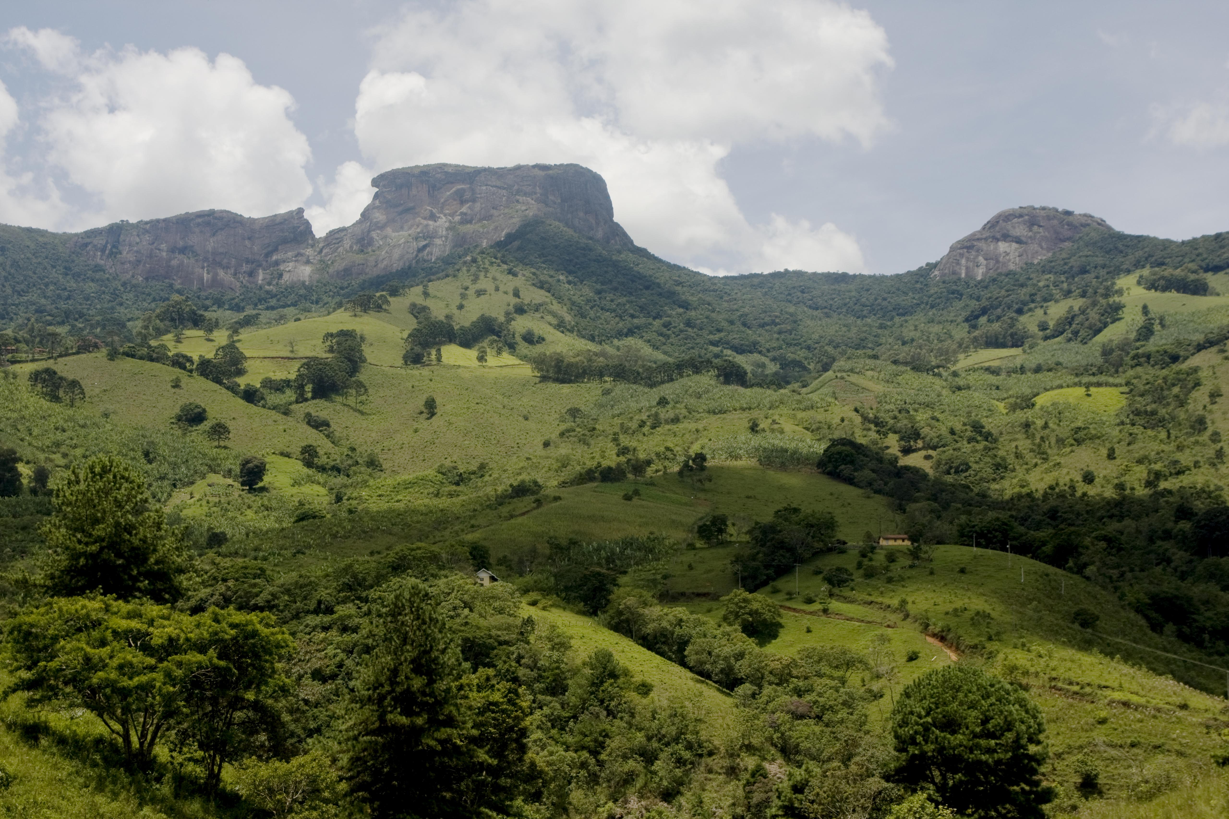 A Pedra do Baú, localizada em São Bento do Sapucaí/SP, representa um dos monumentos geológicos do Estado de São Paulo abertos à visitação.