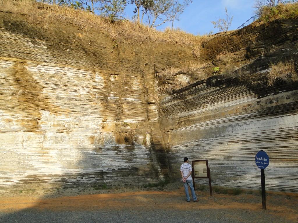 O Monumento Geológico Varvito de Itu situa-se em uma antiga pedreira na zona urbana da cidade de Itu/SP, área atualmente transformada em parque aberto à visitação.