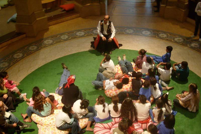 Giba Pedroza brinca com o imaginário infantil no Espaço de Leitura