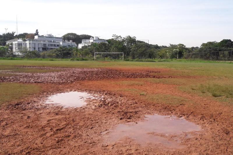 Campo de futebol do Parque Villa-Lobos em manutenção