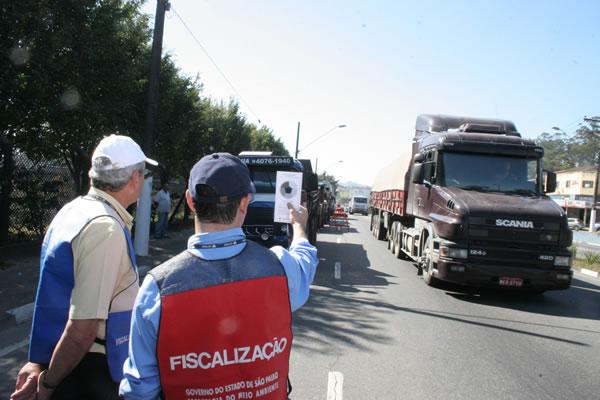 Comando de fiscalização autua 23 veículos a diesel em Mauá