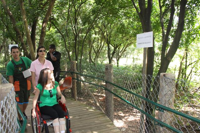 Portadores de necessidades especiais visitam o Parque Villa-Lobos