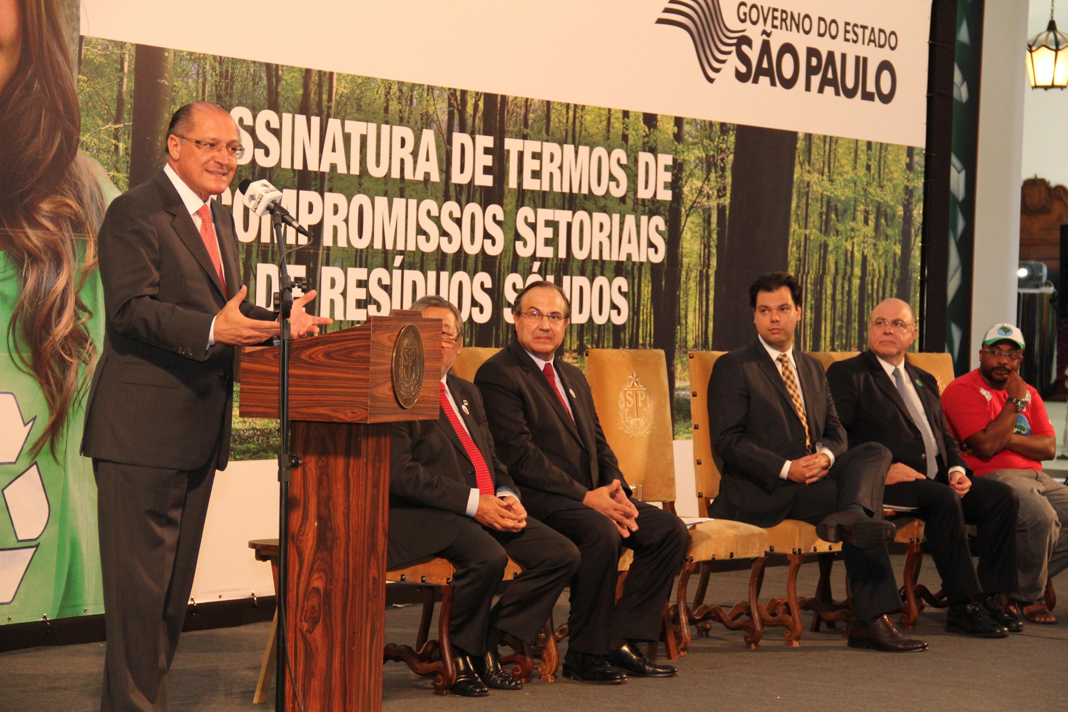 São Paulo e setores produtivos firmam acordo de logística reversa