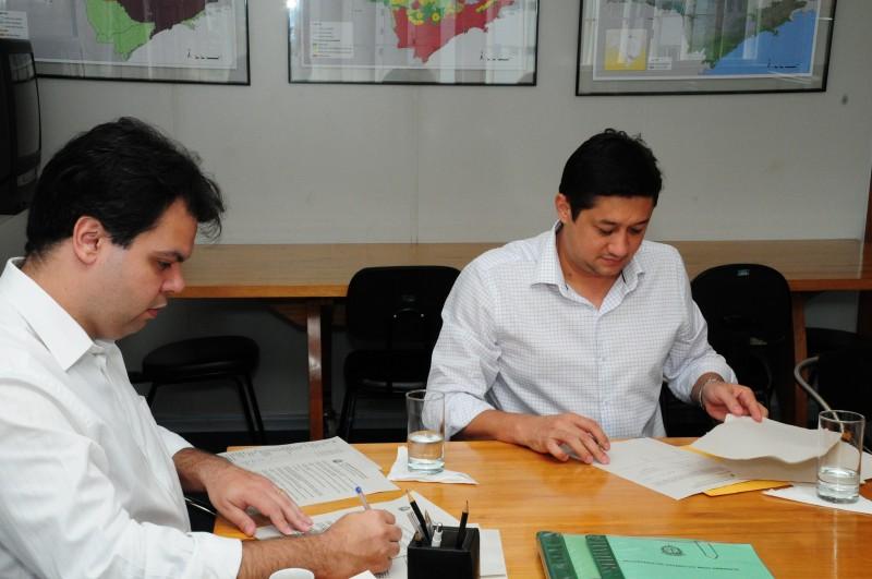 Assis assina convênio com o Projeto Mina D'Água