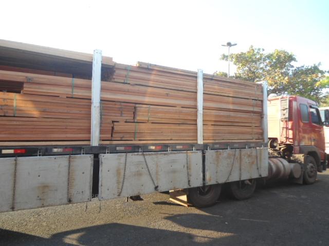 PM ambiental prende dois e recupera carga de madeira ilegal