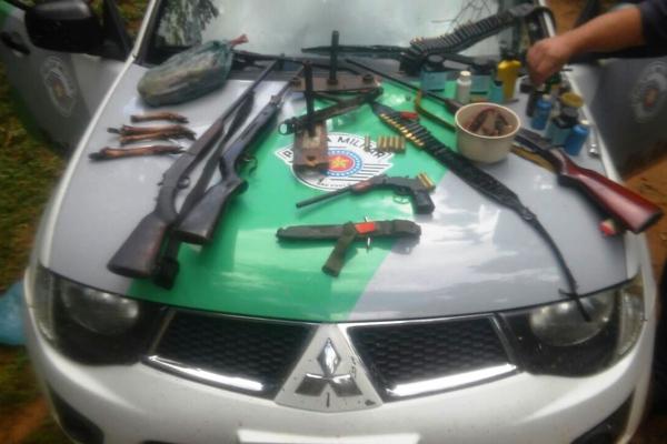 PM Ambiental apreende armas e pássaros silvestres em Eldorado SP