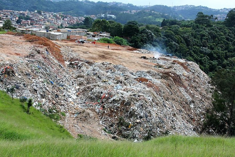 Secretário fiscaliza área de descarte irregular na zona sul de SP