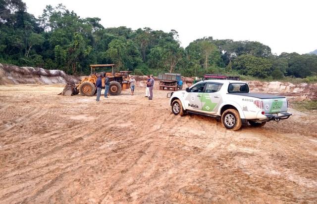 Polícia flagra extração ilegal de areia em área de Mata Atlântica