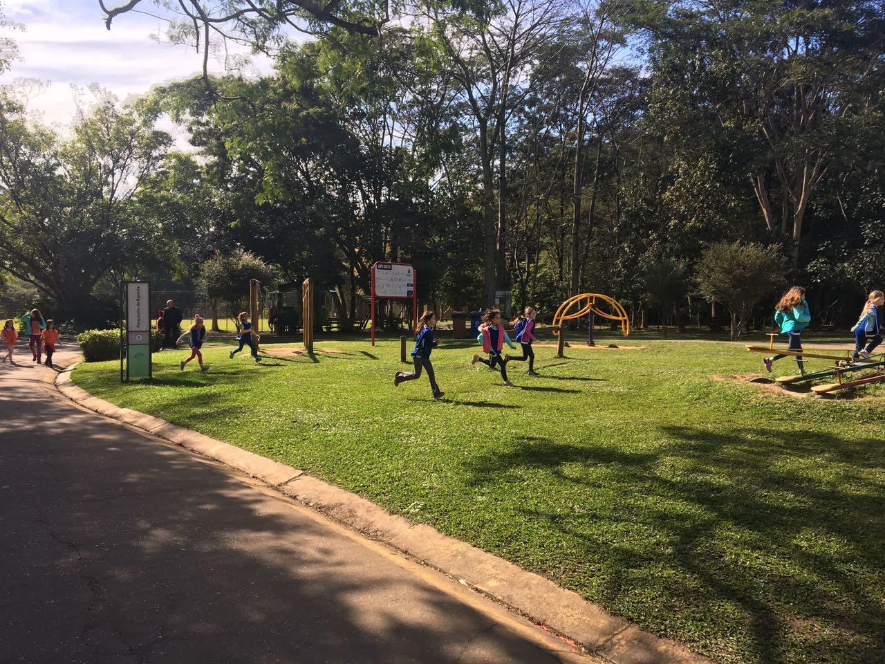 Escolas levam crianças ao parque durante as férias