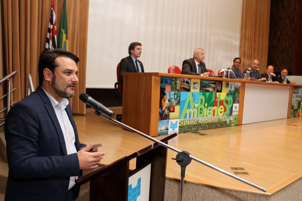 Secretário Brusadin é homenageado com medalha pela PM Ambiental