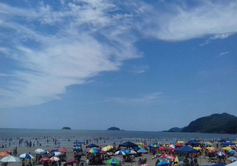 Mutirão limpa 60 praias de SP: conscientização ambiental